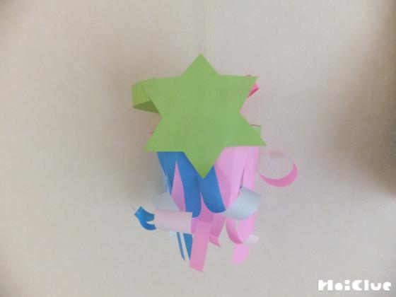 2枚の折り紙を繋ぎ輪にし、星型の裏に貼った写真