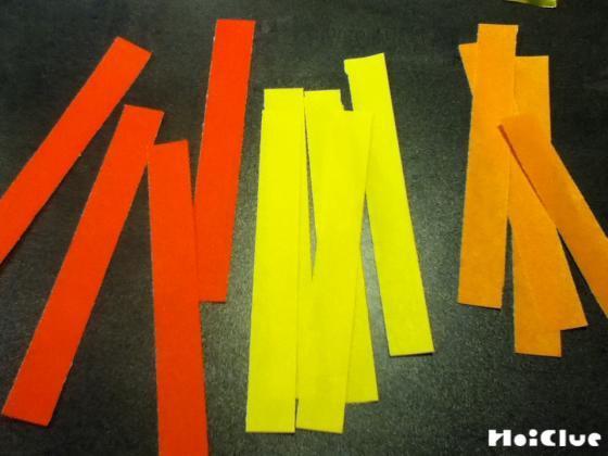 帯状に細長く切った折り紙の写真