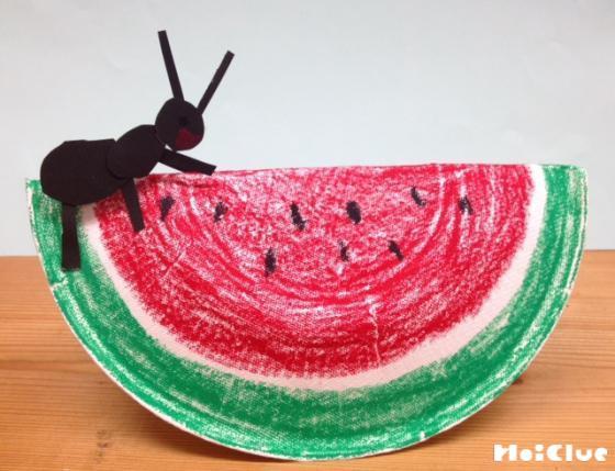 紙皿で作ったすいかシーソーの写真