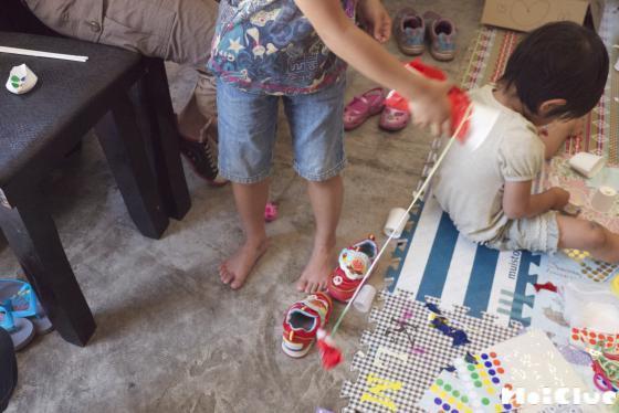 紙コップけん玉で遊ぶ子どもの様子