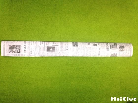 新聞紙を細長く折った写真