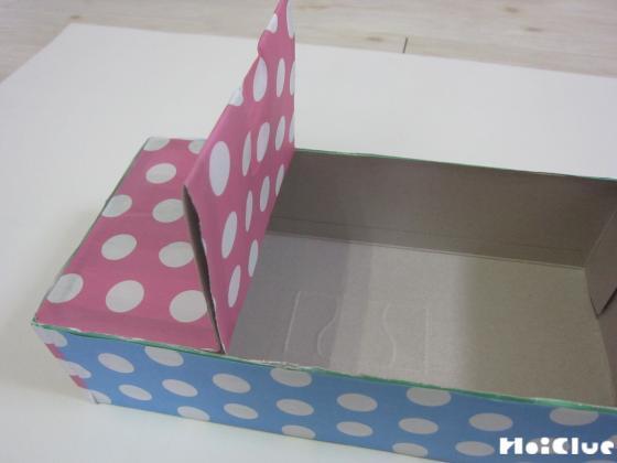 ティッシュの箱に折り紙を貼り付けた写真