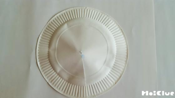 紙皿の真ん中に小さな穴を開け切り込みを入れた写真