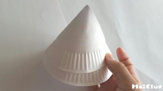 紙皿を円錐に丸めた写真
