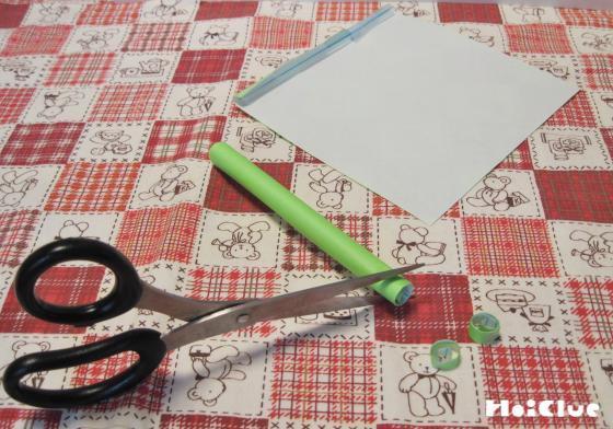 緑のストローを細かく切っている写真