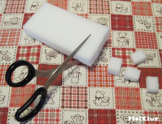 白いスポンジを四角く切っている写真