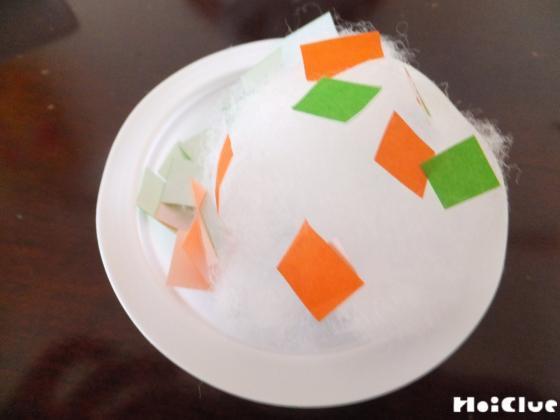 綿に切った折り紙を乗せた写真