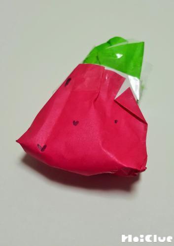 赤い折り紙でいちごを作った写真