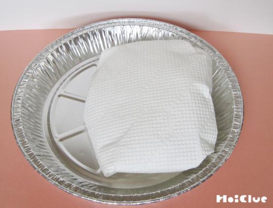 銀皿にキッチンペーパーを乗せた写真
