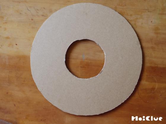 厚紙をドーナツ型に切り抜いた写真