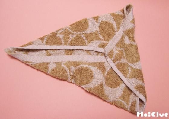 ガーゼハンカチを三角に折った写真