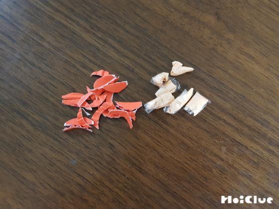 厚紙を細く小さく切っている写真