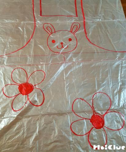 大きなビニール袋にエプロンの絵を描いた写真