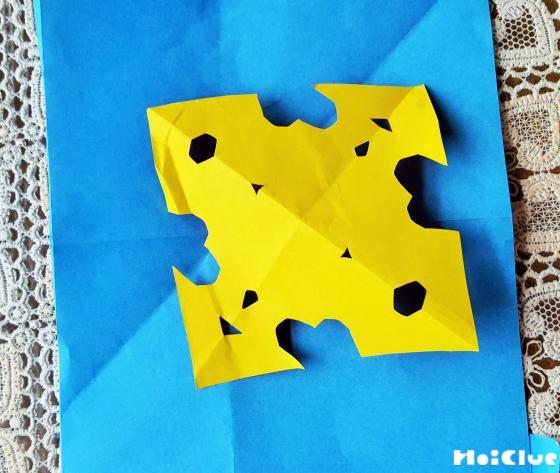 折り紙で飾りを作っている写真