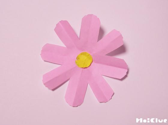切り取った折り紙をあわせてお花にした写真