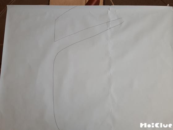 白い画用紙に木の幹を描いた写真