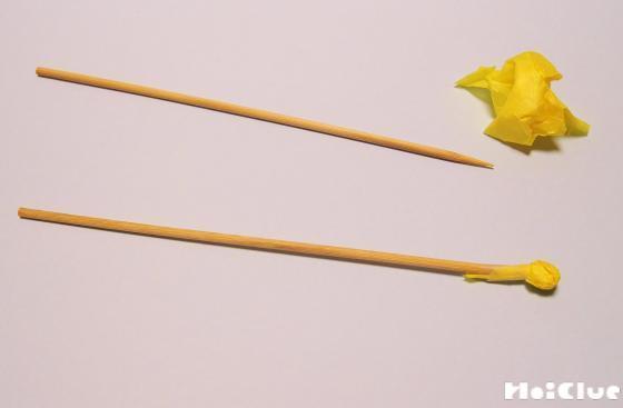 竹串の先に花紙をつけた写真