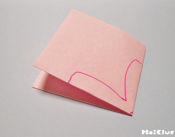 画用紙を四つに折って花びらの絵を描いた写真