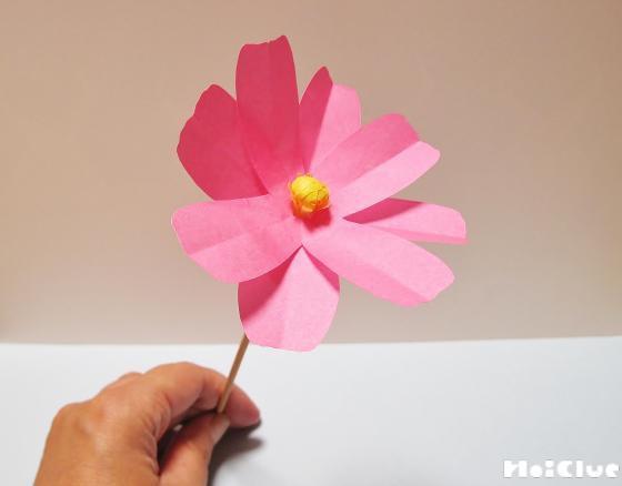 花びらの絵に沿って切り取り竹串にさした写真