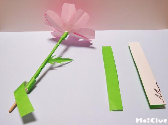 茎の部分に緑色の折り紙を貼り付け完成品した写真