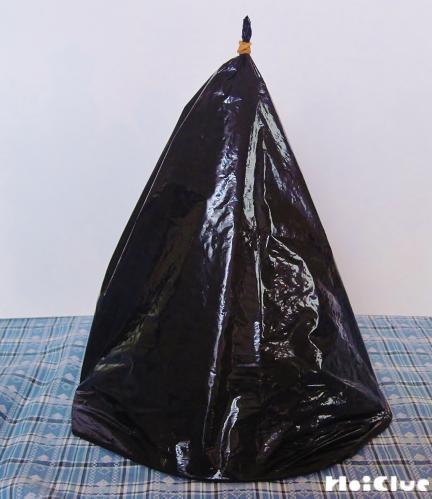 黒いビニール袋を円錐にして留めた写真