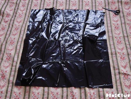 黒いビニール袋を四角く切り取った写真