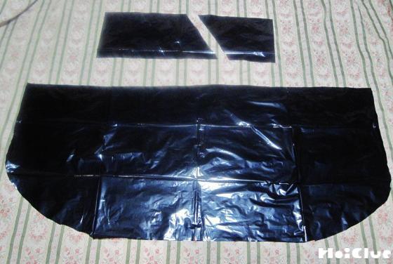 黒いビニール袋をマントの形に切り取った写真