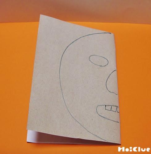 厚紙を半分にして顔を描いた写真