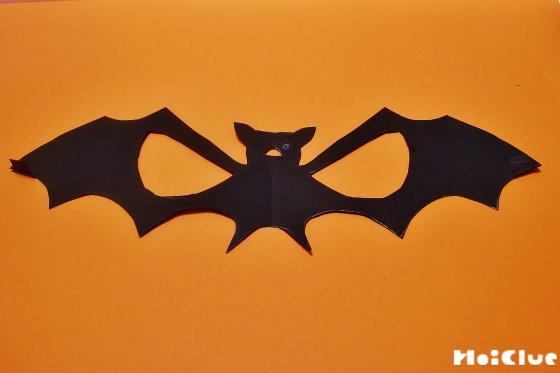 コウモリの形に切り取った写真