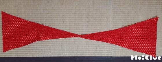 赤い布をリボンの形に切り取った写真