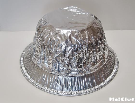 アルミホイルで包んだカップ麺の容器をアルミ皿に乗せた様子
