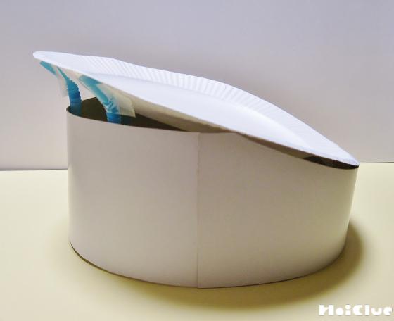 紙皿で帽子の上になる部分を作り貼り合わせている写真