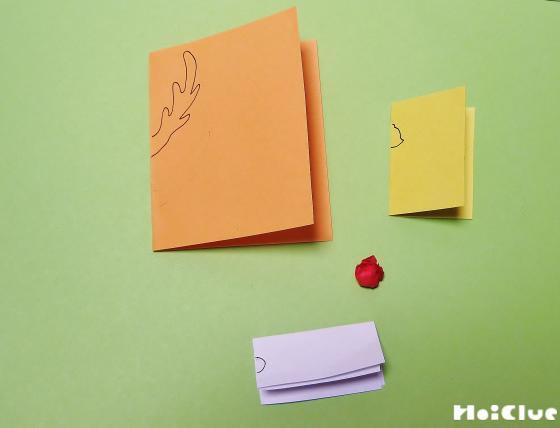 折り紙を半分に切っってトナカイのツノを絵を描いている写真
