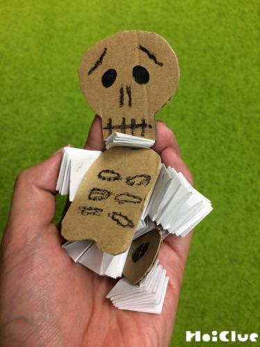 ガイコツ人形を手でぎゅっとしている写真