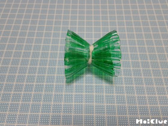 切り取った部品を緑色にぬり二つを貼り合わせた写真