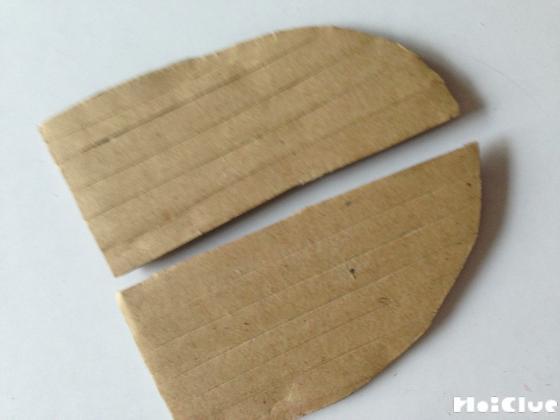 カブトムシの羽のパーツを2枚切り取った写真