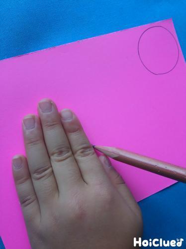 画用紙に丸を描いている写真