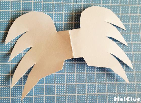 画用紙で羽の形を切り抜いた写真