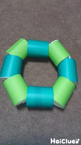トイレットペーパーの芯を紐に通し輪っか状にした写真