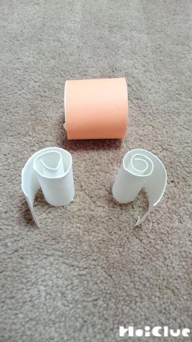 3等分にしたうちの1つは折り紙を貼り付け、残り2つは切り開き渦巻き状に巻いた写真