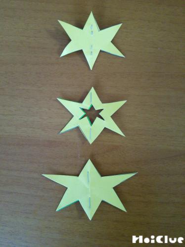 星を広げ折り目に沿って2ヶ所ほどホッチキスでとめた様子