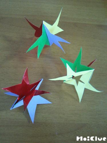 ホッチキスで留めた部分を中心に4方向に星を開いた様子