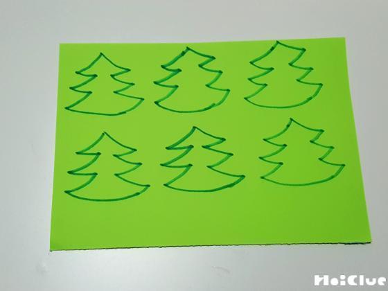 緑の画用紙にもみの木を描いた様子