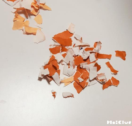 細かくちぎられた折り紙の写真