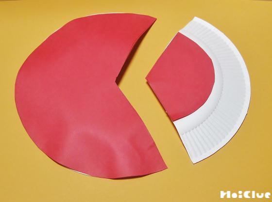 紙皿の裏側に赤い画用紙を貼り付けた写真