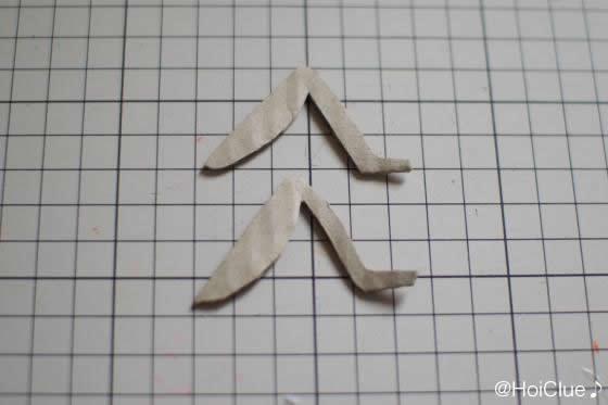 足の形に厚紙を切り取った写真