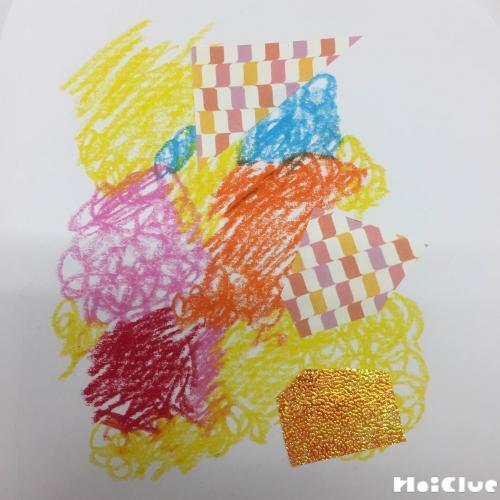 画用紙にクレヨンや折り紙で模様を描いた様子