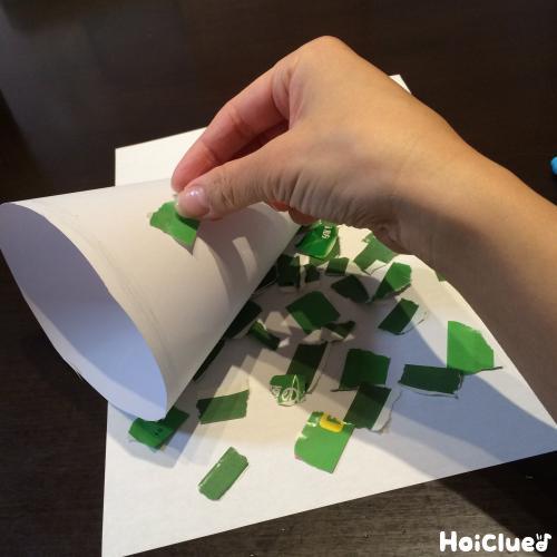 画用紙を飾り付けしている写真