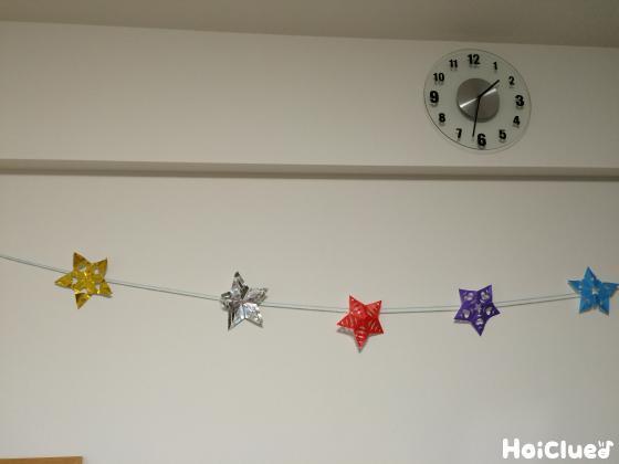 ガーランドにした星を壁に飾った写真