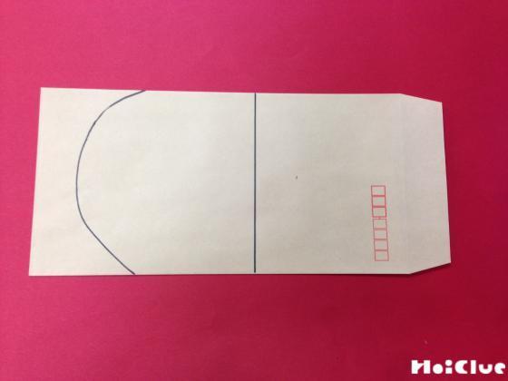 封筒に足のつま先の形を描いた写真
